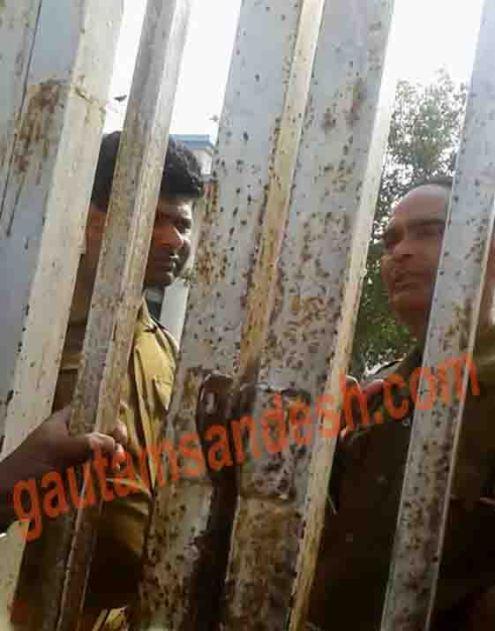 रामनगर में मतदाताओं की रखवाली करते सिपाही।