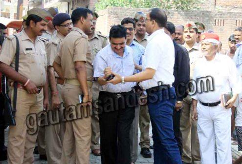 सिटी मजिस्ट्रेट अजय श्रीवास्तव को पकड़ कर रोकते एडीएम (प्रशासन) अशोक कुमार श्रीवास्तव।