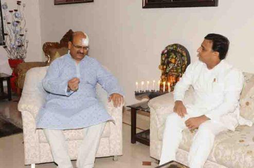 घायल होने के बारे में मुख्यमंत्री अखिलेश यादव को बताते मुख्य सचिव आलोक रंजन।