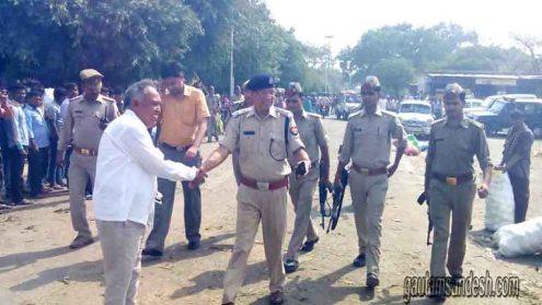 एडीएम (वित्त) और एसएसपी के साथ मौजूद पुलिस के जवान।