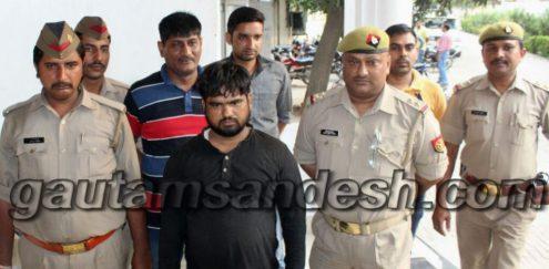 पुलिस की गिरफ्त में नकली नोटों का सौदागर मुकीम।