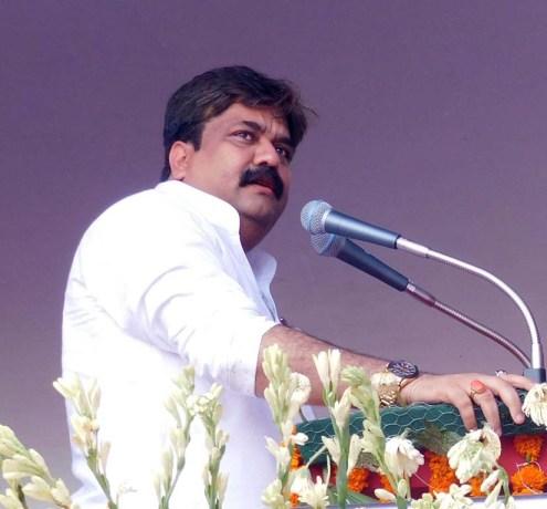 जनता को संबोधित करते हुए दर्जा राज्यमंत्री आबिद रजा।