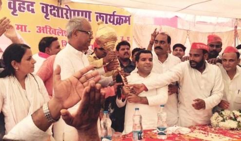 सांसद धर्मेन्द्र यादव को गदा भेंट करते स्थानीय नेता व कार्यकर्ता।