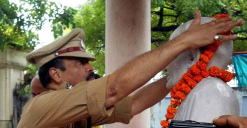 गांधी जी की प्रतिमा पर माल्यापर्ण करते एसएसपी सुनील कुमार सक्सेना।