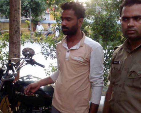पुलिस हिरासत में दबंग चमन।