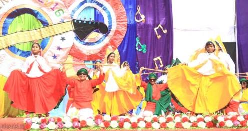 वार्षिकोत्सव में हुए हरियाणवी नृत्य में भाग लेते बच्चे।