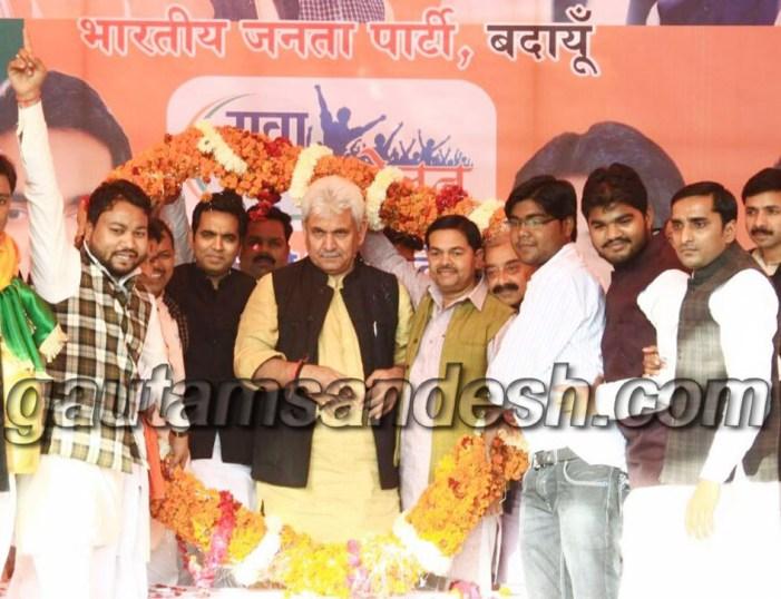 मनोज सिन्हा और पंकज सिंह का स्वागत करते स्थानीय नेता व कार्यकर्ता।