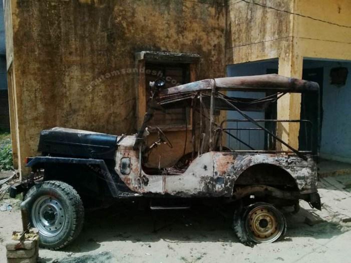पुलिस ने रात में हटाया जली हुई जीप का मलवा, नहीं हुई शव की अंत्येष्टि