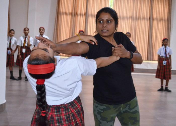 ब्लूमिंगडेल स्कूल की छात्राओं को दीप्ती शंकर ने दिए आत्म रक्षा के टिप्स