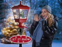 Snøende gatelykt med LED-julebelysning Image