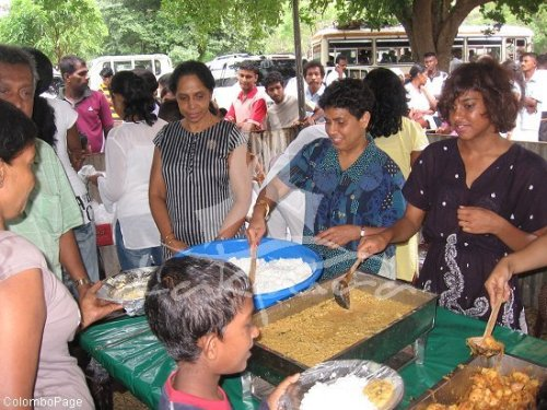 Arms Giving (Dansal) in Sri Lanka - Giving away food for free