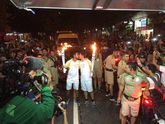 beijo-gay-tocha-olimpiada-rio-2016-gay1