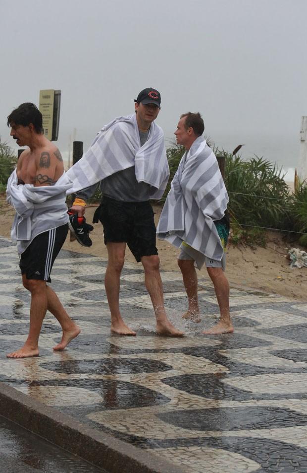 Antony Kiedis, Ashton Kutcher e Flea (foto: AgNews)