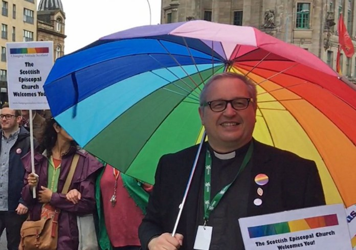 Padre Holdsworth pediu que as pessoas rezem para que o príncipe George seja gay (Foto: Reprodução/Twitter/Kelvin Holdsworth)