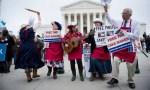 Manifestantes protestam a favor de Jack Philips, que se recusou a fazer o bolo para um casamento homossexual - BRENDAN SMIALOWSKI / AFP Leia mais: https://oglobo.globo.com/sociedade/encomenda-de-gays-recusada-por-confeiteiro-religioso-vira-julgamento-do-ano-nos-eua-22154424#ixzz50Ty9vvNx stest