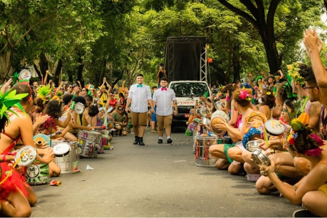 Casamento durante bloco de carnaval