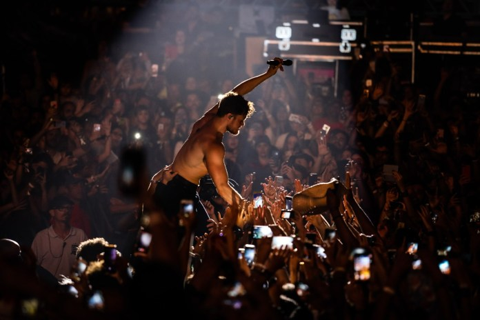 Dan Reynolds, vocalista do Imagine Dragons, vai pra galera no segundo dia do Lollapalooza 2018 (Foto Fabio TitoG1