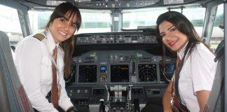 Comandante Gabriela Duarte (esq.) e Danielle Chiazza (dir.) na cabine do voo 1020 (Vinícius Cavalcante)