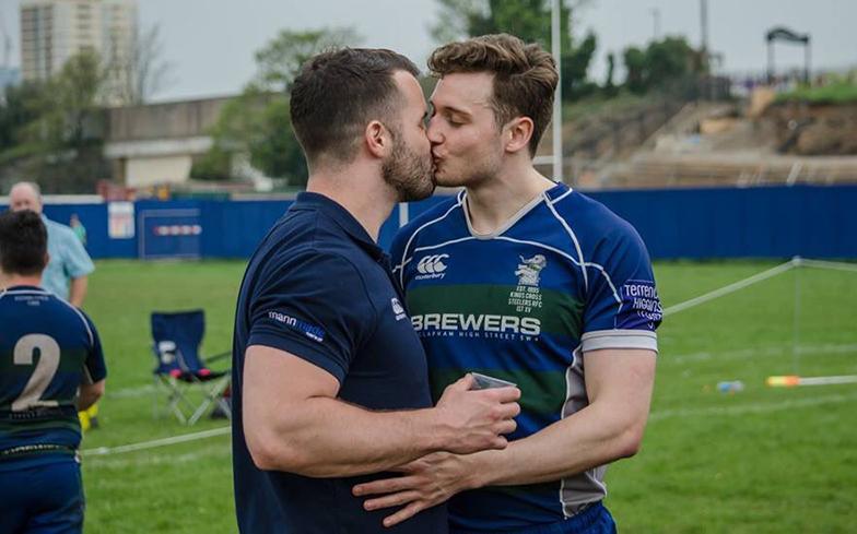 Jogador de rúgbi responde comentário homofóbico com foto de 'beijo da vitória'