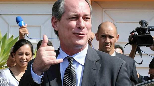 Eleitor beija Ciro Gomes e é surpreendido com reação do candidato