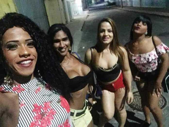 Natasha Caldeirão (segunda, da esquerda para a direita). Foto: reprodução policial disfarçado