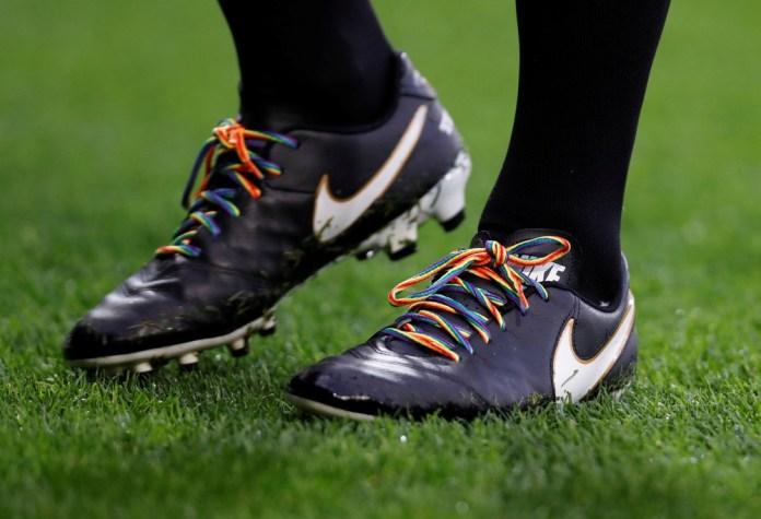 Chuteiras de jogadores da Premier League receberam cadarços nas cores do arco-íris —