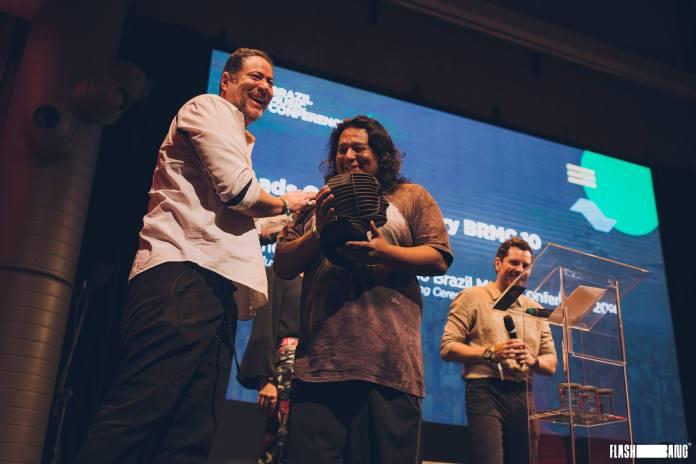 """China (ao centro) recebendo o troféu """"Heads of the Industry"""" no BRMC. Foto: Flashbang/Divulgação"""