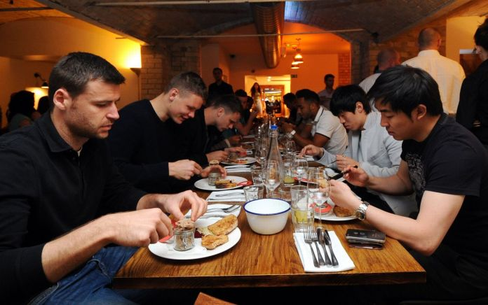 Cardiff City FC went to the Potted Pig in 2013 to celebrate their promotion . Foto: WalesOnline