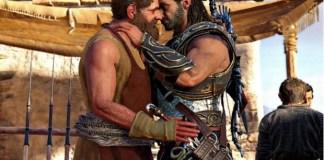 Dois personagens masculinos trocam romance em Assassin's Creed - mas o novo conteúdo para download ignora essa opção (Imagem: Ubisoft)