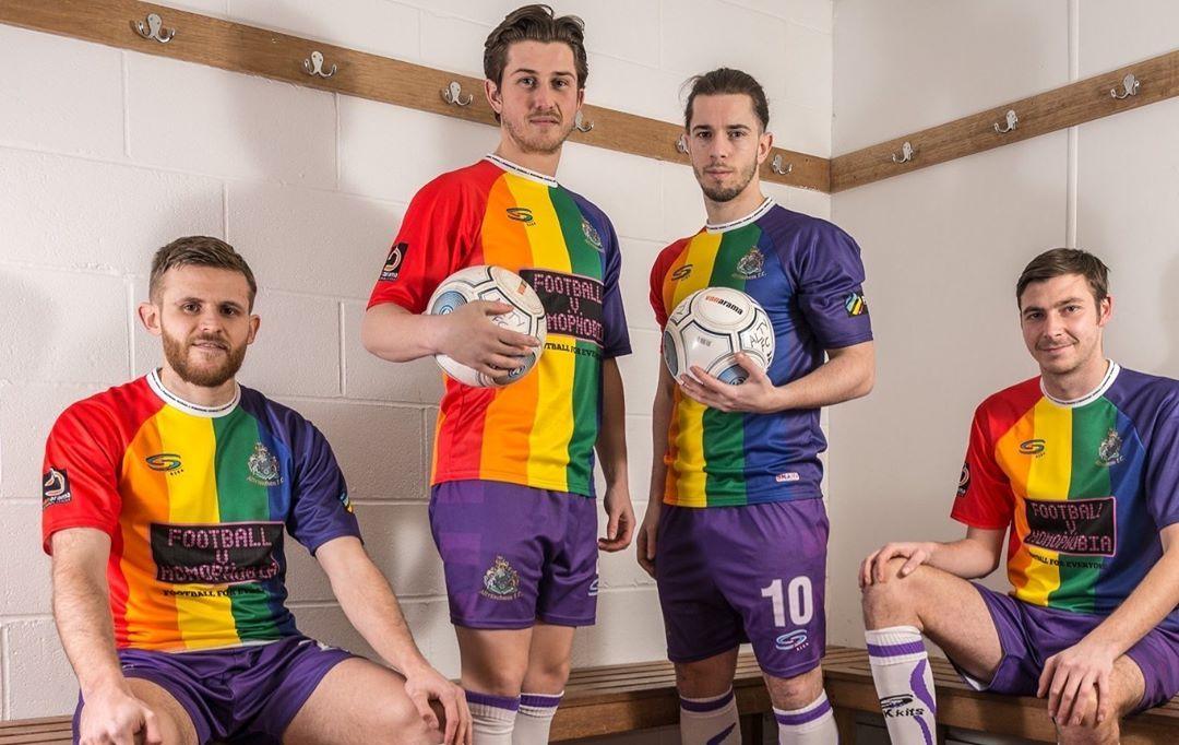 Time de futebol adota bandeira LGBT como uniforme oficial