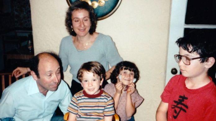 A Família Mason com os três filhos era, aparentemente, uma tradicional família religiosa de Los Angeles. (Foto:Reprodução) gay