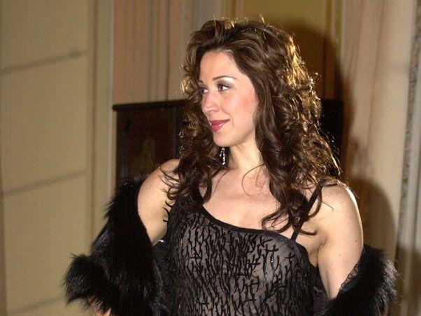 """Cláudia Raia interpretou Ramona em """"As Filhas da Mãe"""", sendo a primeira personagem transexual de uma telenovela da Rede Globo. Foto: Reprodução"""