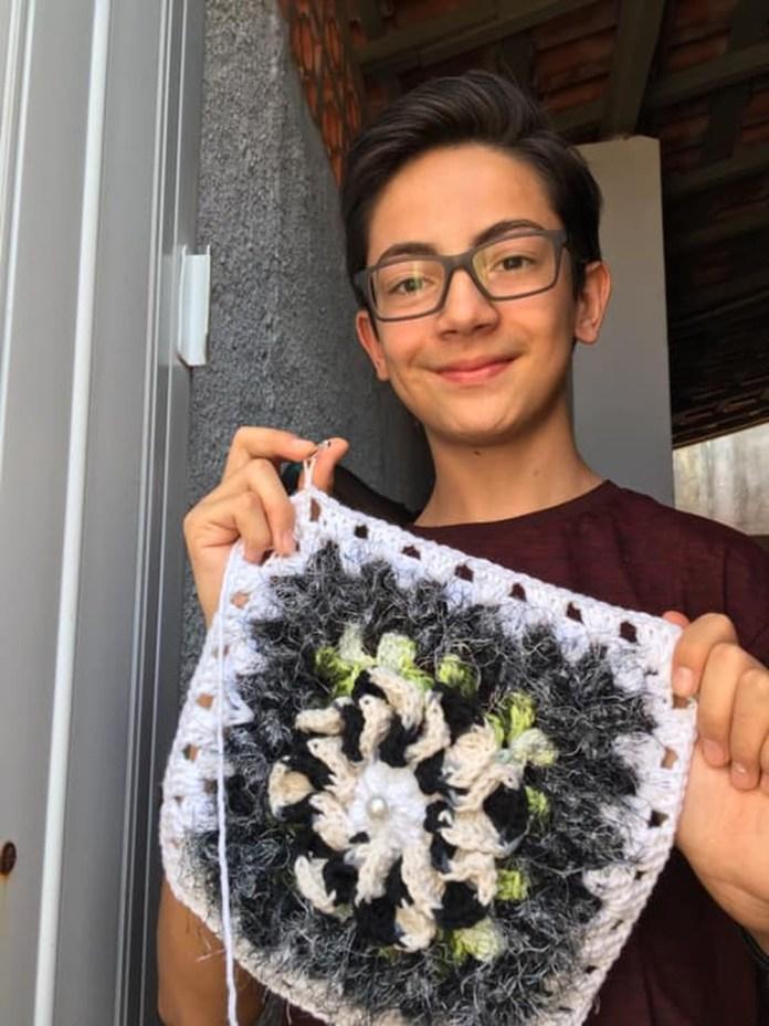 'Junior Crocheteiro' faz sucesso na web ao ensinar a fazer artesanato — Foto: Junior Silva/Arquivo Pessoal
