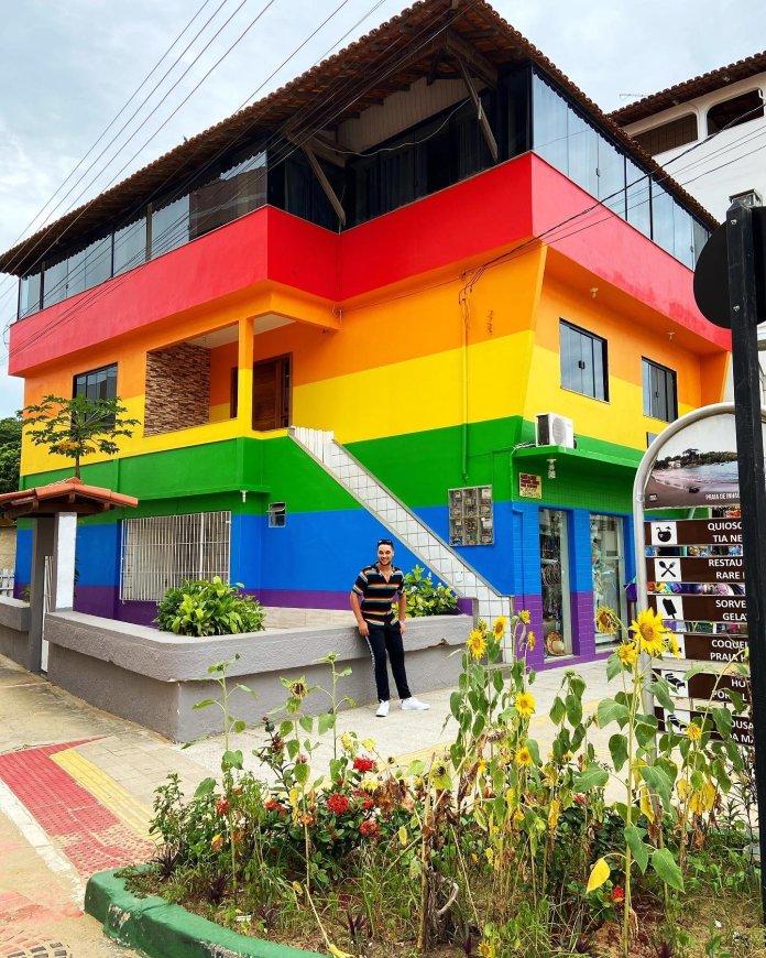 Mãe pinta a casa com as cores da bandeira LGBT+ para homenagear filho gay