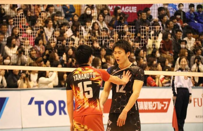 After a fight, volleyball players from Japan make peace with a little kiss