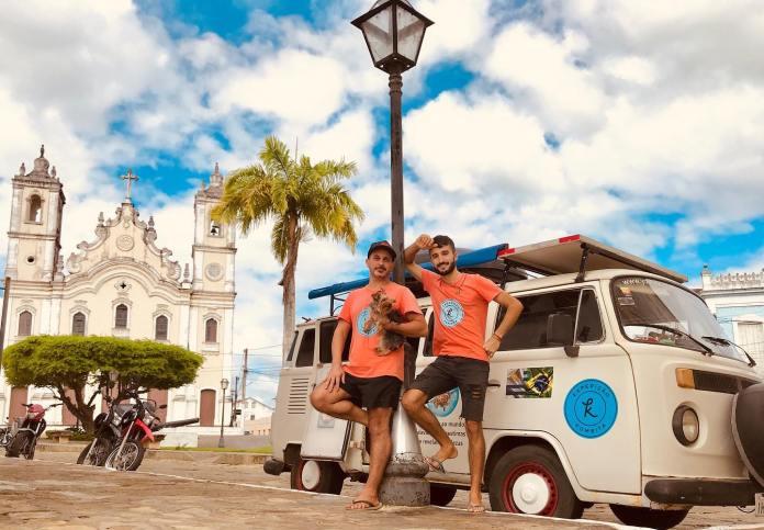 Casal gay cai na estrada com a intenção de desbravar o Brasil e o mundo
