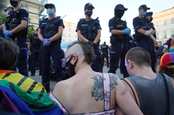 Ativistas LGBT bloqueiam passagem de carro da polícia que transporta ativista em Varsóvia, Polônia, em agosto de 2020 — Foto: Janek Skarzynski/AFP