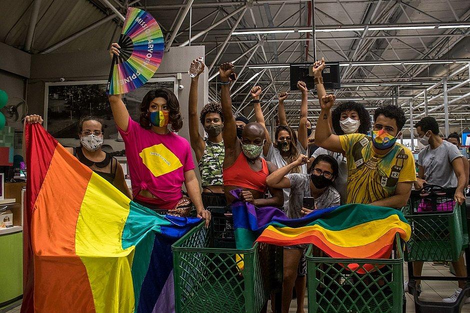"""LGBTs protestam em supermercado após estudante ser barrado por usar """"short curto"""""""