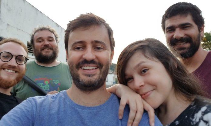 """Cássio, ao centro, com elenco e equipe de """"Valentina"""""""