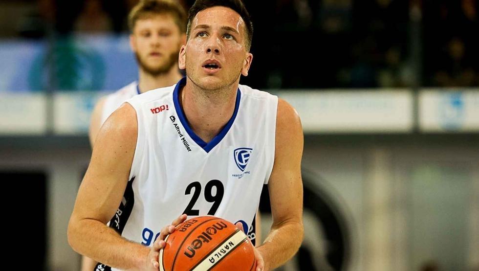 """Jogador de basquete da Suíça revela ser gay para não precisar levar uma """"vida dupla"""""""