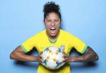 'Queria bola, me davam boneca', relembra a atacante Cristiane Rozeira sobre a infância