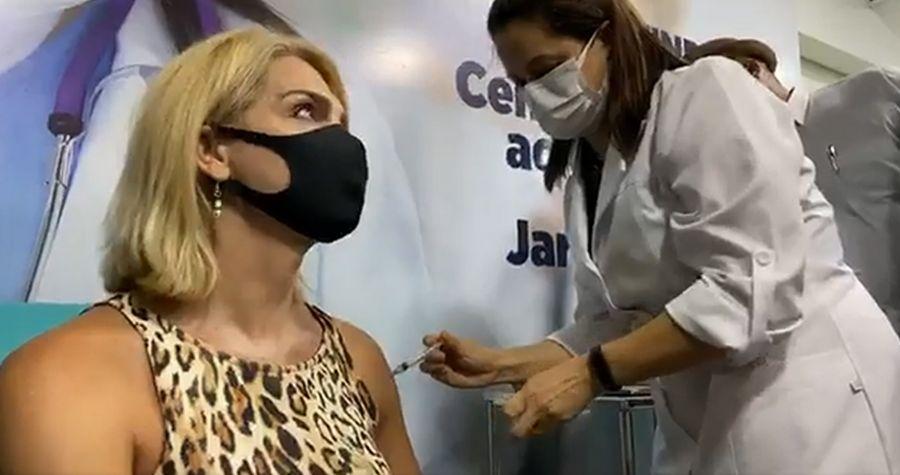 Brasil imuniza primeira mulher trans contra covid-19