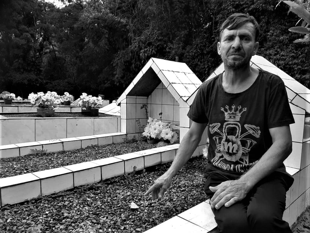 Para fugir da homofobia, catarinense vive em carro velho dentro de cemitério