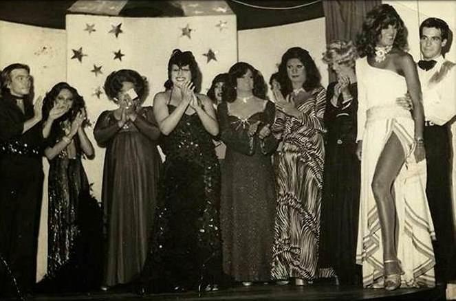 palco era da Boate Nostro Mondo com Benê (camareiro), Nanah Voguel, Norminha, Condessa Mônica, Kátia Funkel, Angela Davis, Nádia Kazan, Zuraio, Cherry, e Paulinho (bailarino). (foto Angela Davis)