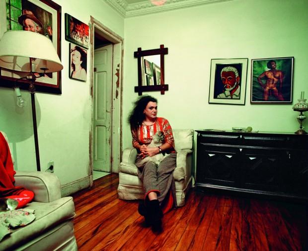 Andréia em casa, com a bênção de um preto velho e do Long DongCrédito: Claudia Guimarães