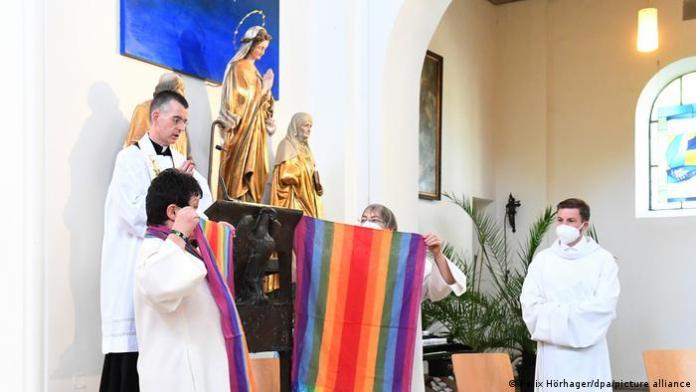 Mais de 100 padres alemães rechaçam Vaticano e abençoam uniões homoafetivas