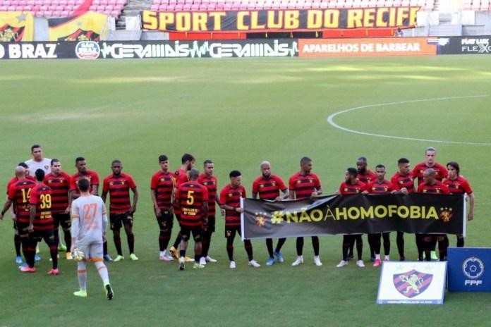 ogadores do Sport seguram faixar com mensagem 'Não à homofobia' — Foto: Marlon Costa/Pernambuco Press