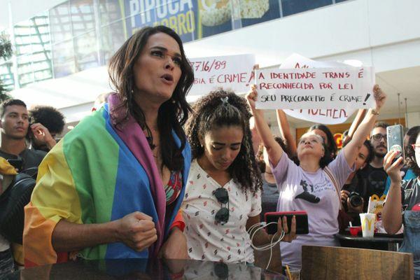A transexual Lanna Hellen foi impedida por seguranças de entrar no banheiro feminino em um shopping de Maceió