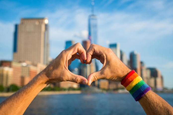 MaxMilhas lança guia com boas práticas no turismo LGBTQIA+