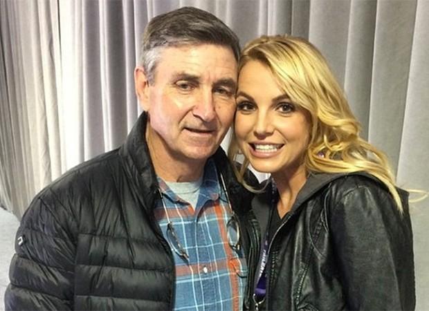 Pai de Britney Spears desiste da tutela